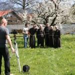 Bruder Rene mit Franziskanern von Telfs bei den Dreharbeiten für die Tour Tirol (Tirol TV)