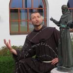 Bruder Rene Dorer mit Franziskusstatue Franziskaner Hall
