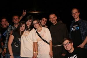 Br. Dorer mit Teilnehmern der Jugendgruppe beim Key2Life