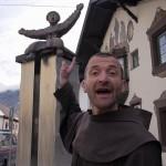 Br. Rene Dorer mit der Naz Statue von Telfs