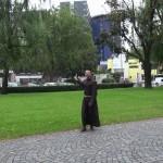 Br. Rene Dorer vor dem Innsbrucker Landeskrankenhaus