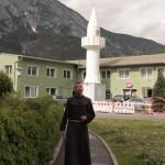 Bruder Rene Dorer vor einer Moschee in Telfs (Tirol)