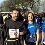 Br. Rene Dorer mit jogandpray beim VCM 2015 Vienna City Marathon